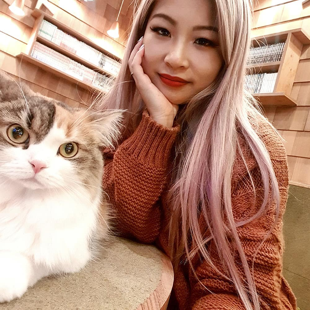 Cat Cafe Mocha girl selfie with cat